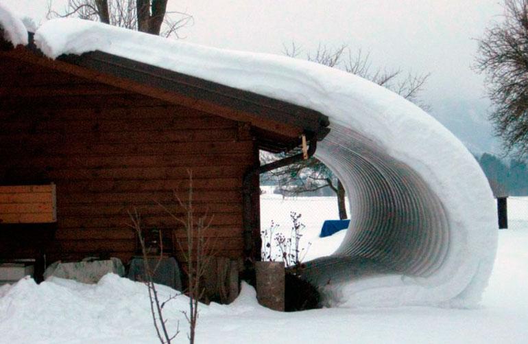 Сход снега с крыши без снегозадерживающих устройств
