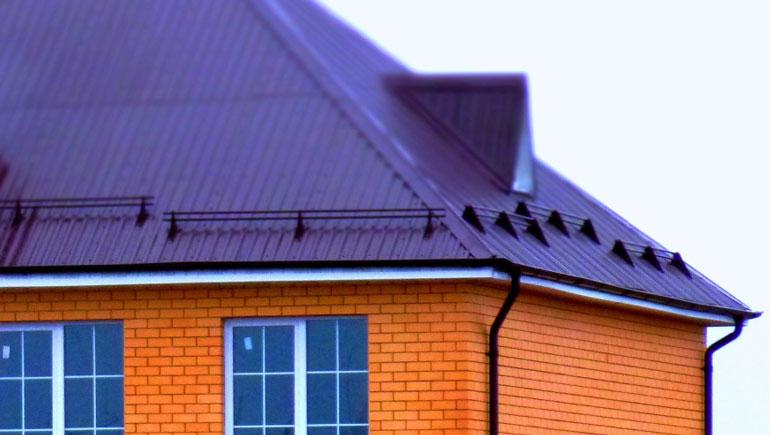 Виды и функции снегозадержателей для крыши из профнастила