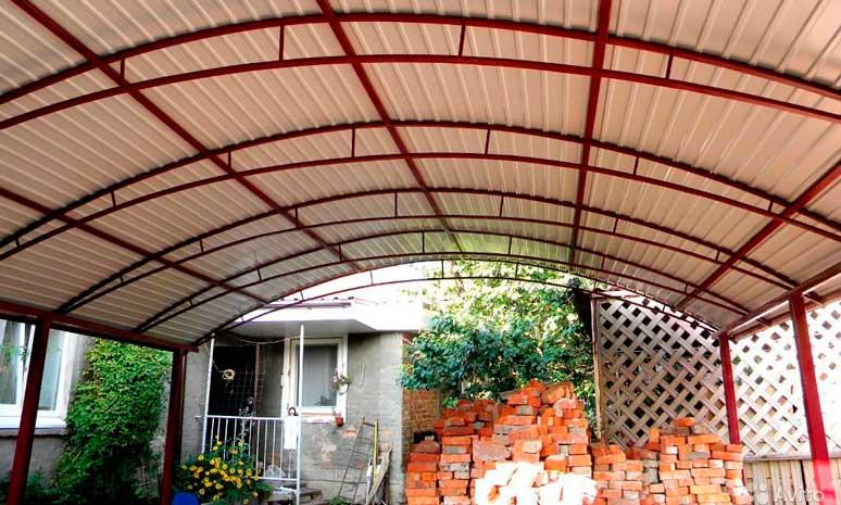 Отдельный арочный навес из профнастила с полукруглыми фермами