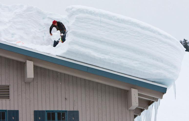 Как правильно рассчитать минимальный угол уклона крыши дома для оптимального схода осадков?
